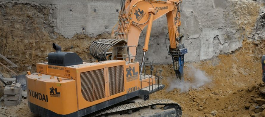 Premieră europeană pentru un excavator Hyundai de 120 t, într-un proiect de demolare