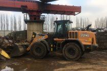 Un încărcător frontal Case 721G lucrează cu ușurință într-un depozit de reciclare