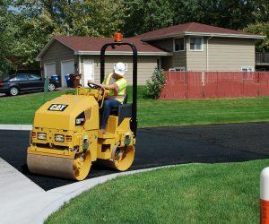 Caterpillar își completează gama de compactoare de asfalt articulate cu două noi modele