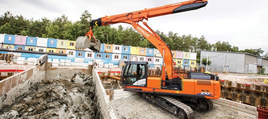Hitachi a lansat la Intermat 2018 excavatorul cu balansier telescopic ZX210LC-6