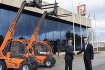 Acord comercial între AUSA și JLG pentru producerea unui nou încărcător telescopic: SkyTrak 3013