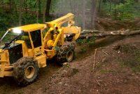 Tigercat prezintă tractorul articulat forestier cu braț hidraulic cu graifer 602