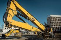 Excavatorul pentru demolări la înălțime Cat 352 UHD, într-o configurație versatilă