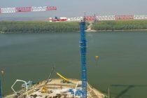 Patru macarale turn flat-top Raimondi MRT294 lucrează la construcția podului suspendat peste Dunăre de la Brăila