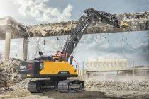 Noul braț drept transformă excavatorul Volvo EC380E de 38 t într-un excelent utilaj pentru demolări