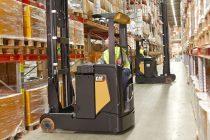 Gama populară de stivuitoare cu catarg retractabil NR-N2 de la Cat Lift Trucks este acum disponibilă, optional, cu baterii Li-ion