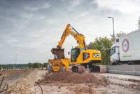JCB lansează primul excavator cu rază redusă și motor Stage V din Seria X